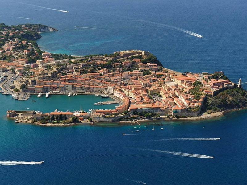 Ape, sailing, dinghy, bike: the ways to move around Portoferraio